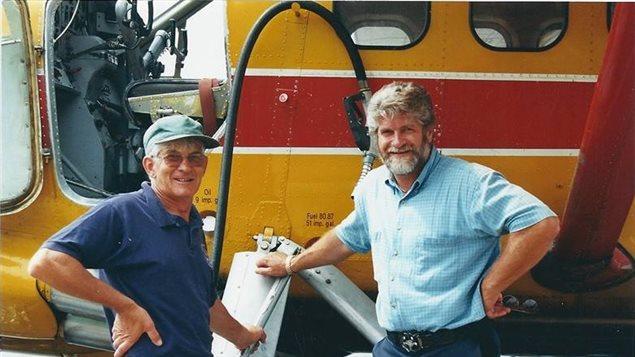 Normand Ouellette (à droite), pilote de brousse depuis plus de 44 ans. (Radio-Canada)