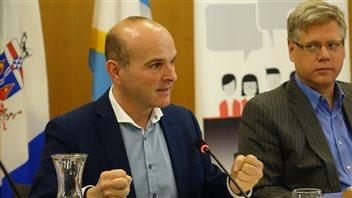 Le député libéral Randy Boissonnault, qui représentait la ministre lors des consultations, a insisté sur l'importance de mettre en place des priorités d'actions en matière de langues officielles. (CLAUDIANE SAMSON / RADIO-CANADA)