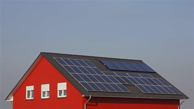 Une maison équipée de panneaux solaires. (iStock)