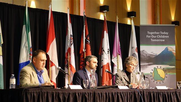 Les trois chefs de partis ont présenté leurs visions respectives des relations intergouvernementales lors du débat du conseil des Premières Nations. (Claudiane Samson/Radio-Canada)