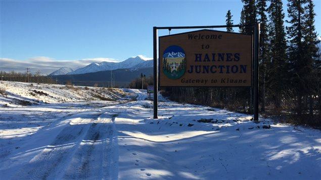 La municipalité de Haines Junction au pied des montagnes du parc Kluane à 200 km à l'ouest de Whitehorse au Yukon (CLAUDIANE SAMSON / RADIO-CANADA)
