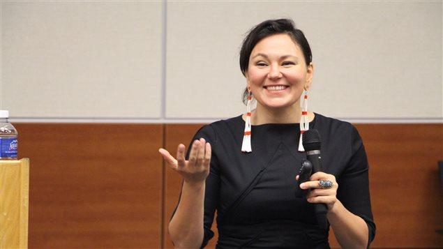 Tanya Tagaq, une interprète inuite de chant guttural lors d'une conférence à Terre-Neuve-et-Labrador. (John Gaudi/CBC)