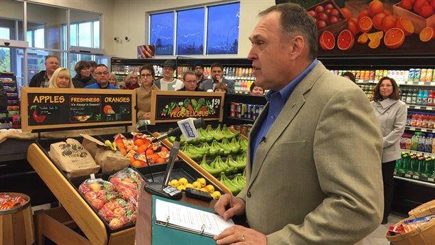 Darrell Pasloski en campagne dans une épicerie de Whitehorse. (Dave Croft/CBC)