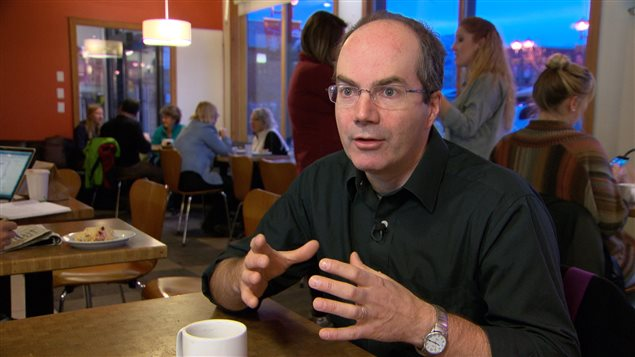 Keith Halliday, écrivain et analyste politique à Whitehorse. (Yvan Côté/Radio-Canada)