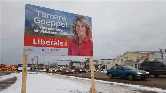 Un panneau de la candidate du Parti libéral du Yukon, Tamara Geoppel. (Paul Tukker/CBC)