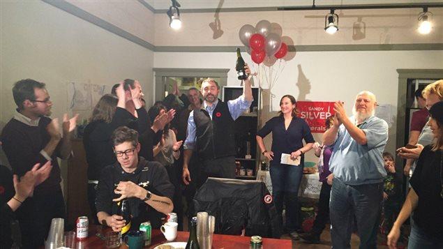 Le premier ministre désigné Sandy Silver célèbre la victoire du Parti libéral du Yukon le lundi 7 novembre. (Nancy Thomson/CBC)