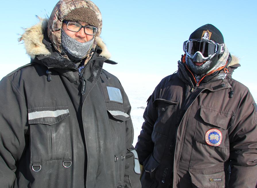 Roland Emingak (à gauche) et Ryan Angohiatok (à droite), chasseurs de Cambridge Bay. (Regard sur l'Arctique)
