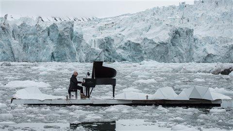 L'ONG Greenpeace a organisé en juin dernier un concert de piano historique sur l'archipel norvégien de Svalbard. Objectif : sensibiliser à la protection de l'Arctique, durement touchée par le réchauffement climatique. (Pedro Armestre via La Presse Canadienne)