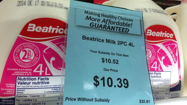 Le montant de la subvention et le prix 4 litres de lait sont affichés dans cette épicerie d'Iqaluit en décembre 2014. (Sean Kilpatrick/La Presse Canadienne)