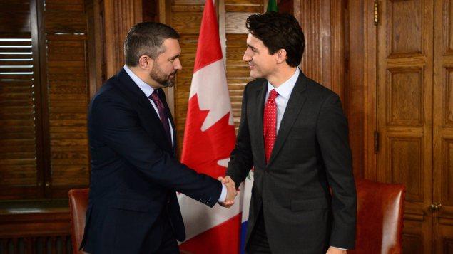 Le premier ministre du Yukon, Sandy Silver, serre la main de Justin Trudeau à Ottawa. (Sean Kilpatrick/La Presse Canadienne)