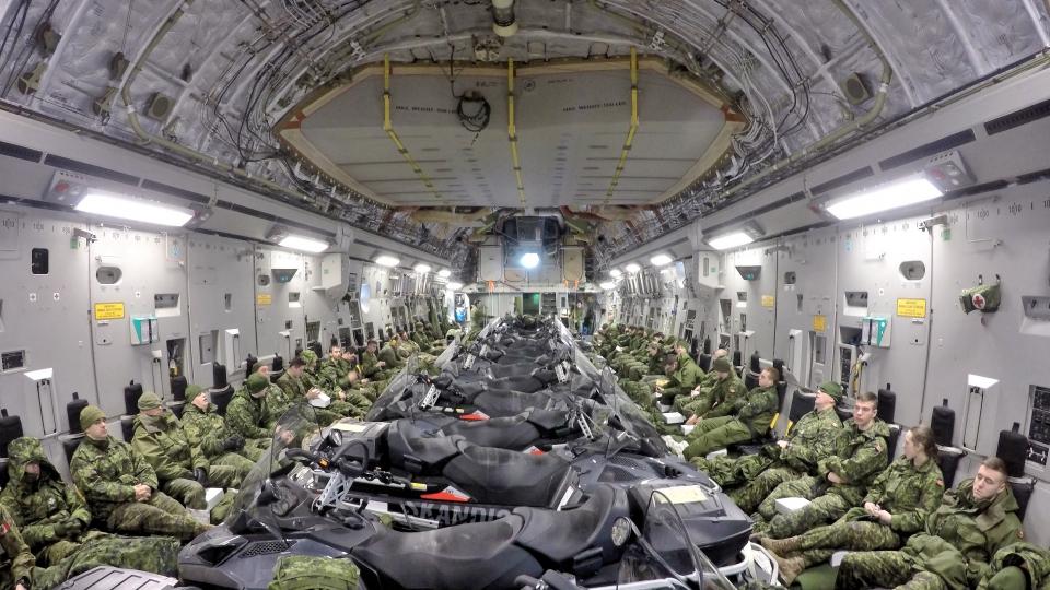 Les membres déployés du 12e Régiment blindé du Canada se sont déplacés à bord d'un CC-177 Globemaster de la Base des Forces canadiennes Valcartier vers Hall Beach, au Nunavut, le 21 février 2017. (Belinda Groves/ Forces armées canadiennes)