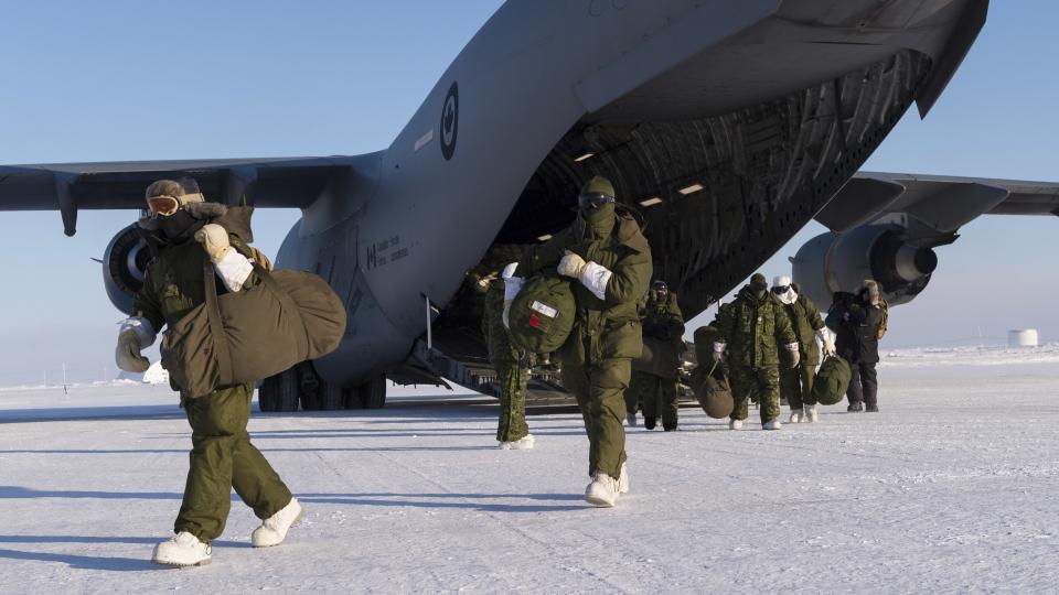 Des membres des Forces canadiennes qui participent à l'opération militaire Nunalivut 2017 arrivent à Hall Beach, au Nunavut, le 23 février 2017. (Jean-François Lauzé/Forces armées canadiennes)