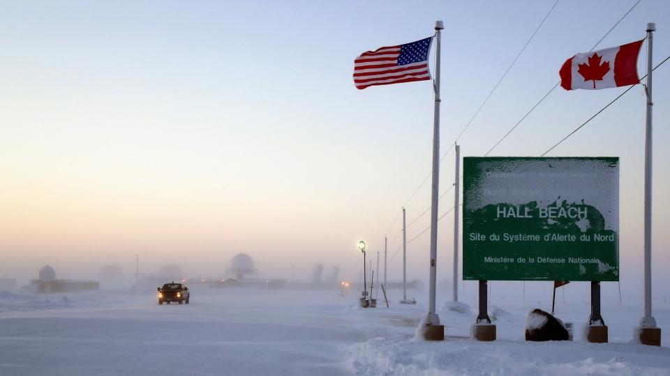L'enseigne qui indique le Système d'alerte du Nord, situé à Hall Beach, l'un des lieux où se déroule l'opération Nunalivut 2017. Le Système d'alerte du Nord a été signé par le Canada et les États-Unis dans le cadre de l'Accord sur le commandement de la défense aérospatiale de l'Amérique du Nord (NORAD). (Belinda Groves/ Forces armées canadiennes)