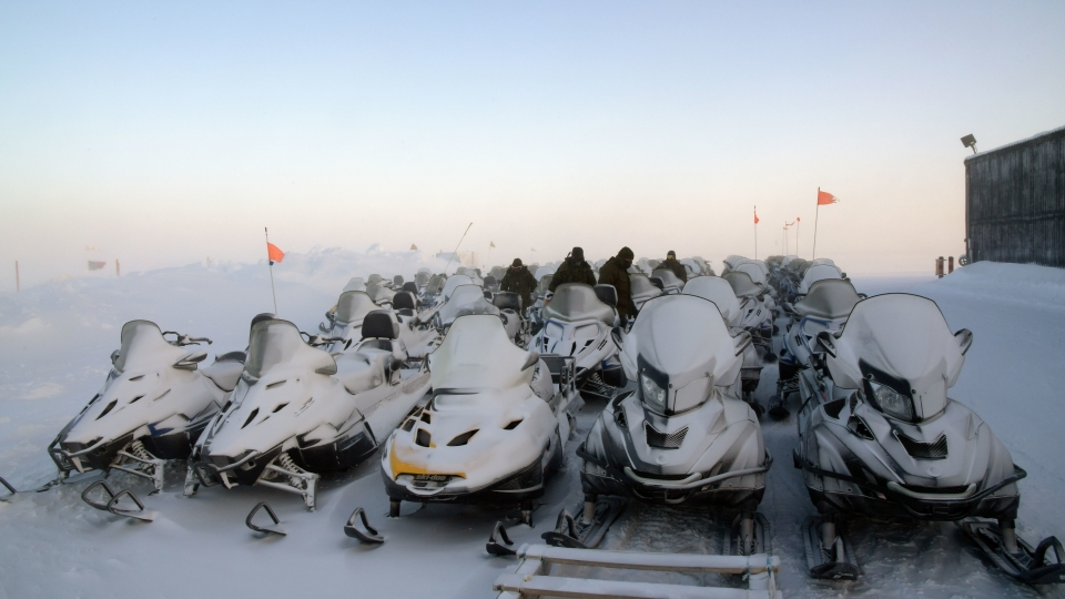 Les mécaniciens du 12e Régiment blindé du Canada veillent à ce que les motoneiges soient prêtes à être utilisées lors de l'opération Nunalivut 2017 à Hall Beach, Nunavut, le 22 février 2017. (Belinda Groves/ Forces armées canadiennes)