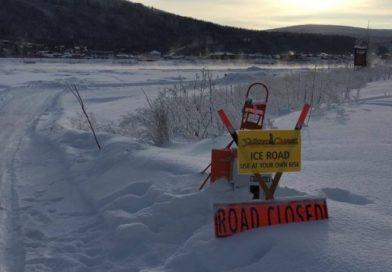 Un grand détour pour traverser la glace du fleuve Yukon à Dawson