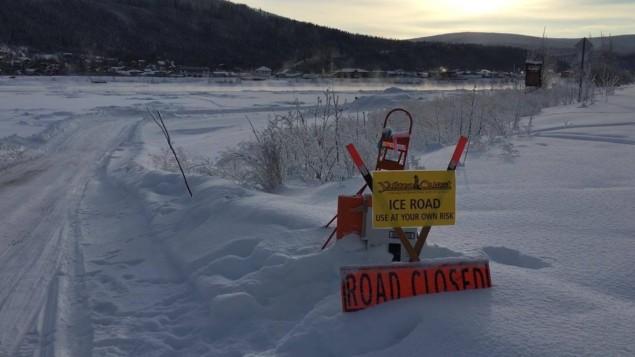 un-grand-detour-pour-traverser-la-glace-du-fleuve-yukon-a-dawson