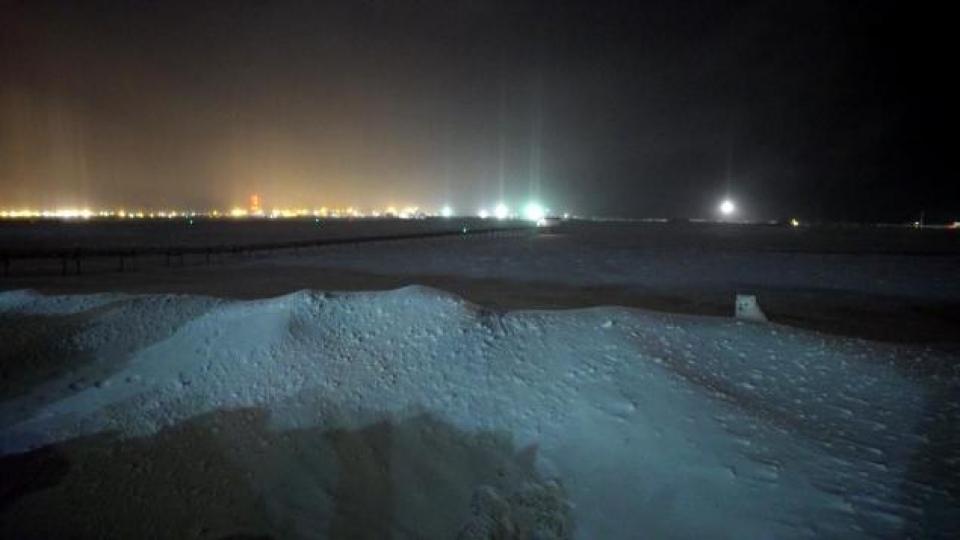Un renard blanc dans le froid glacial de Sabetta. (Alex Sergeev/Radio-Canada)