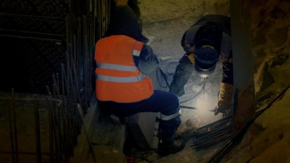 Travailler dans la noirceur des mois d'hiver à Sabetta. (Alex Sergeev/Radio-Canada)