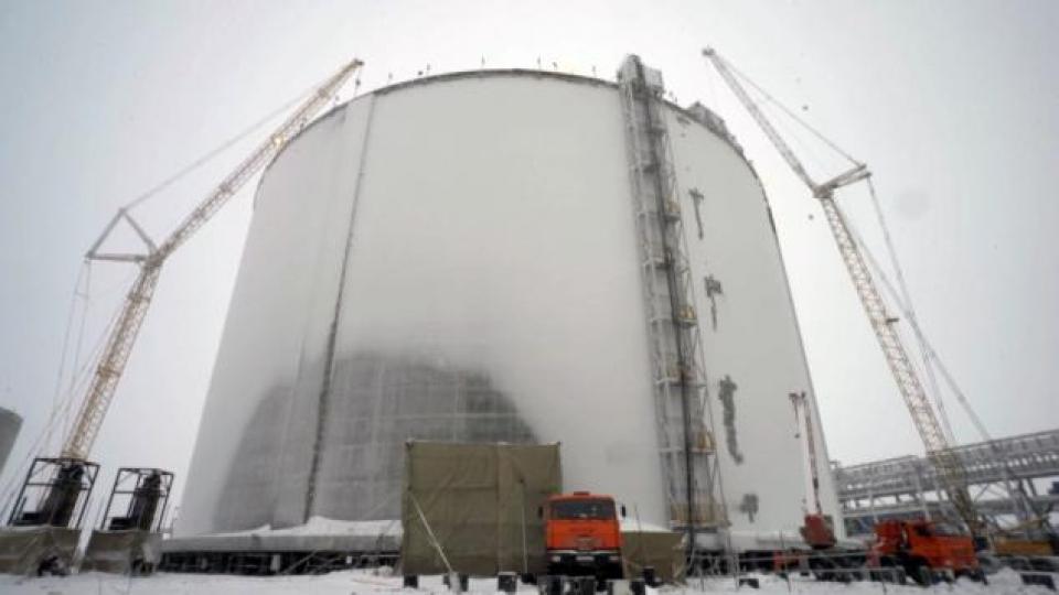 Un des immenses réservoirs de Sabetta. (Alex Sergeev/Radio-Canada)