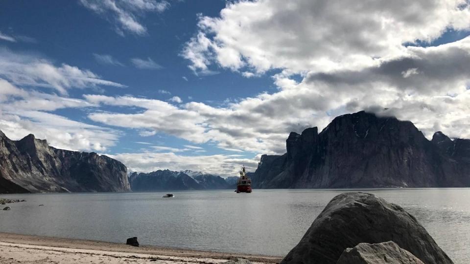 Le brise-glace Canada C3 dans le fjord Sam Ford, au Nunavut (Marie-Laure Josselin/Radio-Canada)