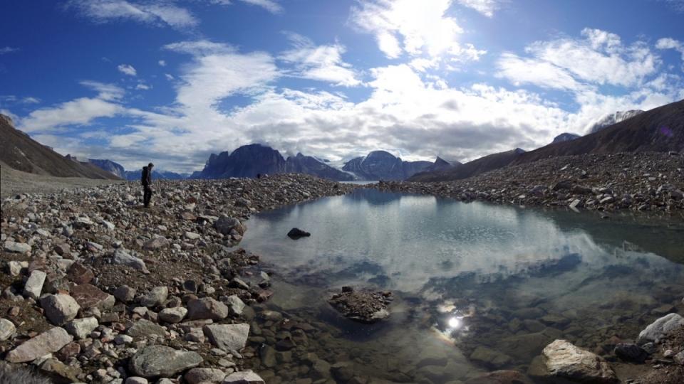 Avec ses montages à pic, rocailleuses, son eau couleur vert-bleu, ses chutes d'eau au milieu des rocs, le fjord Sam Ford est époustouflant. (Marie-Laure Josselin/Radio-Canada)