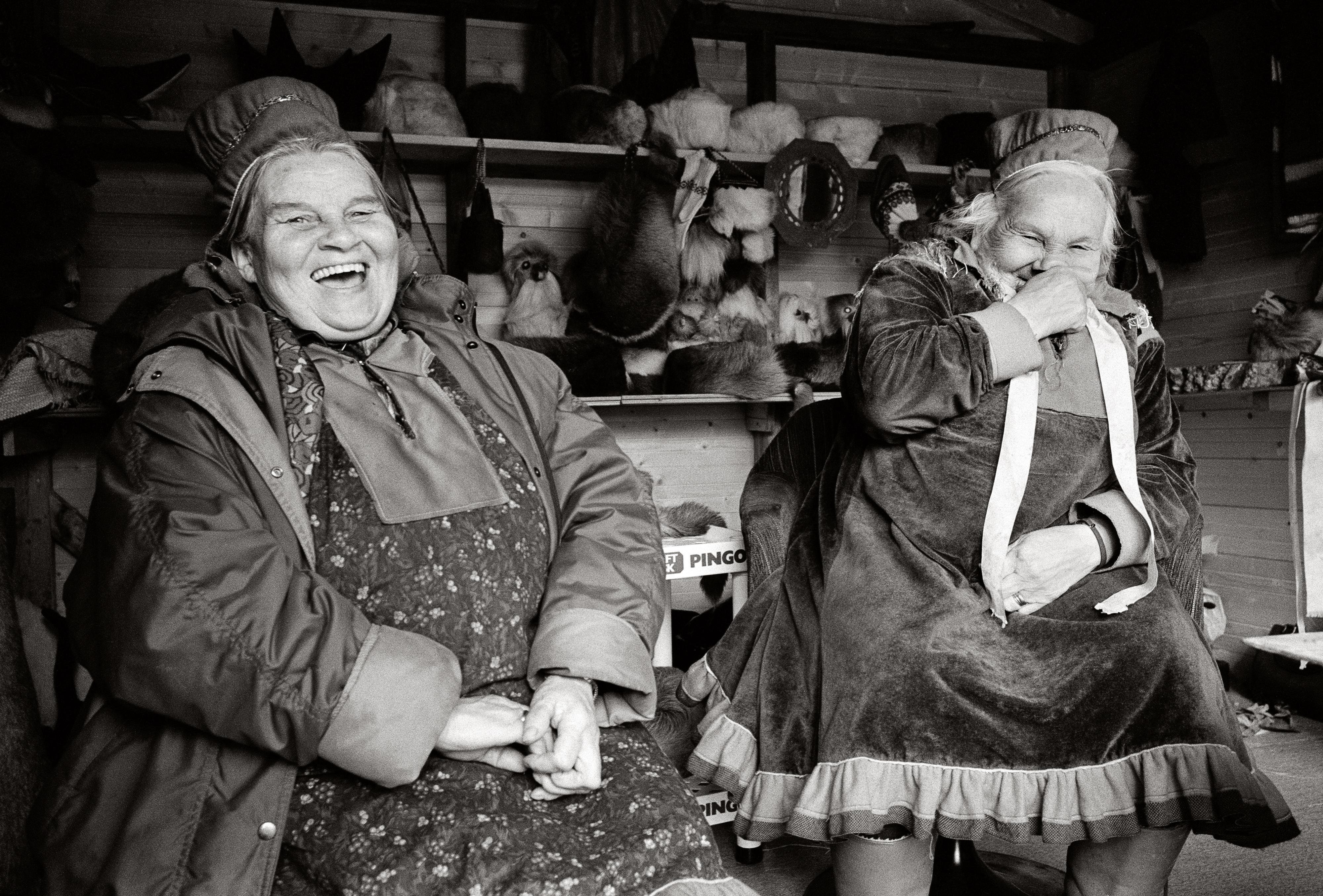 Les soeurs Marit et Inga Kemi  dans leur boutique souvenir. (Courtoisie de Fred Ivar Utsi Klemetsen)