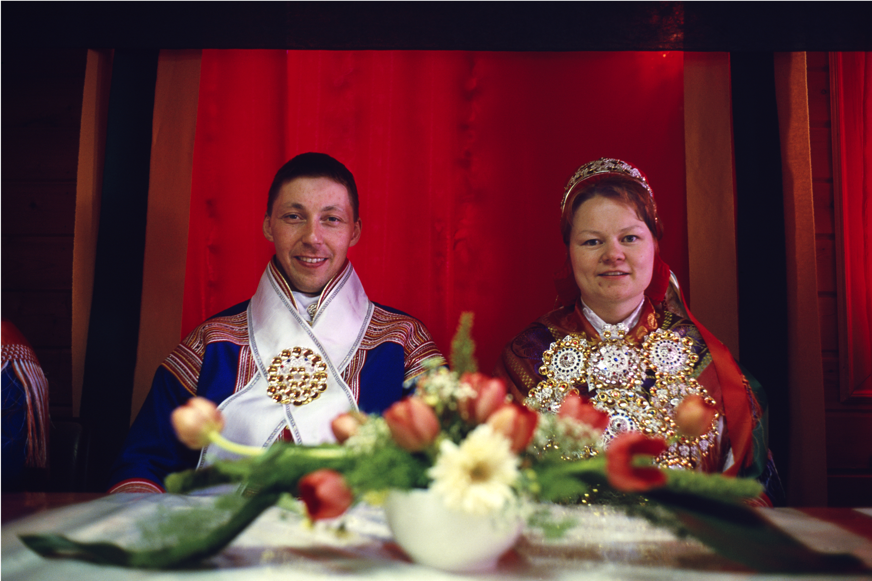 Anna K. Sokki et Per Anders Buljo ont reçu 35 rennes comme cadeau lors de leur mariage à Pâques en 2003.  Il y avait 1500 personnes présentes lors de la cérémonie.  (Courtoisie de Fred Ivar Utsi Klemetsen)