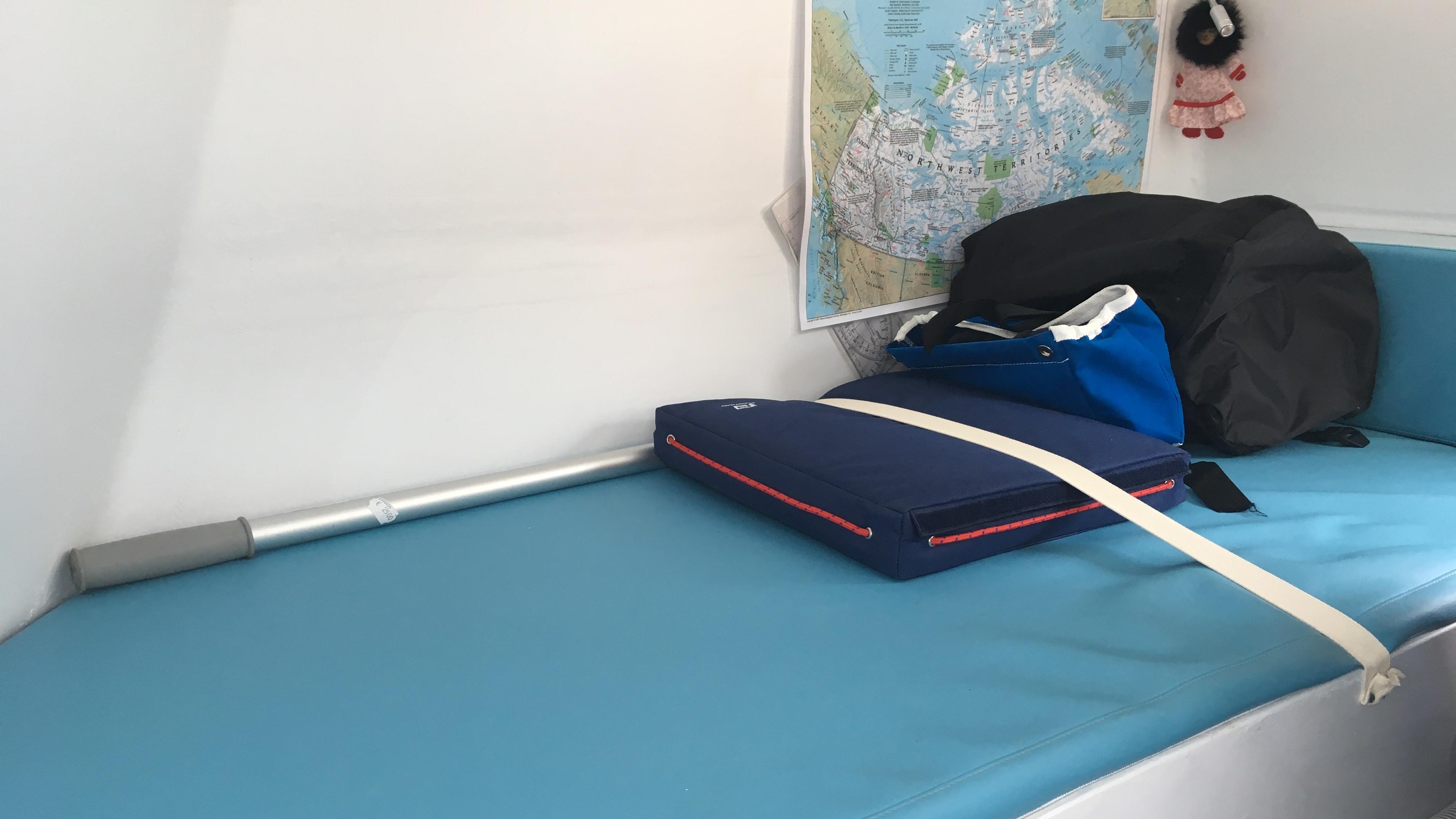 Anne Quéméré va passer de deux à trois mois dans cette cabine, équipée principalement d'une couchette et d'un emplacement pour cuisiner. (Nelly Albérola/Radio-Canada)