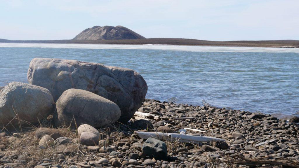 un couple du sud du canada se marie au bord de l oc an arctique regard sur l 39 arctique. Black Bedroom Furniture Sets. Home Design Ideas