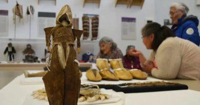 Des Inuit retrouvent des objets de leur histoire dans un musée de l'Arctique canadien
