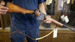 انتقد كثيرون اللجنة الفدرالية حول الأسلحة النارية في ما يتعلق بمشاريع القوانين المتعلقة بالإصلاح/الصحافة الكندية جوناثان هيوارد