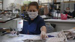 عاملة في مصنع لإنتاج الكمّامات الطبية في أوكلاهوما سيتي في الولايات المتحدة 1 أبريل نيسان 2020 – AP Photo / Sue Ogrocki