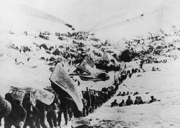 在山路上艰难跋涉的大队淘金者/Hulton Archive/Getty Images