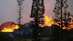 火山岩浆阻断公路。