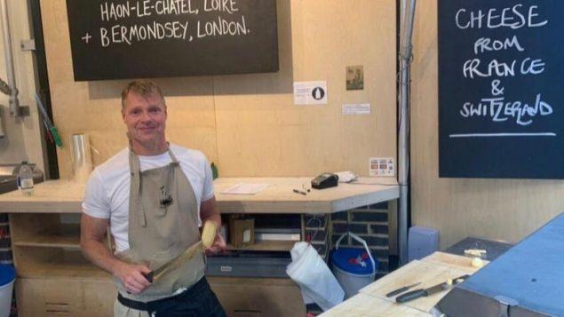 CBC主持人麦克·芬尼迪的休假年:在英国农贸市场卖奶酪