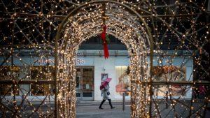 疫情下加拿大人提前亮起圣诞灯火