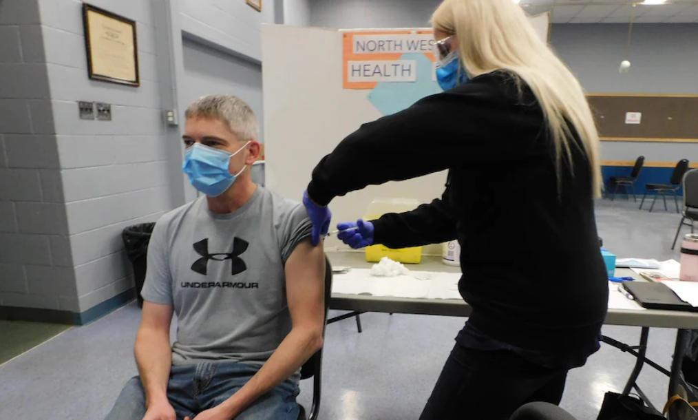 与病毒赛跑:安大略省把接种疫苗年龄降到 50 岁
